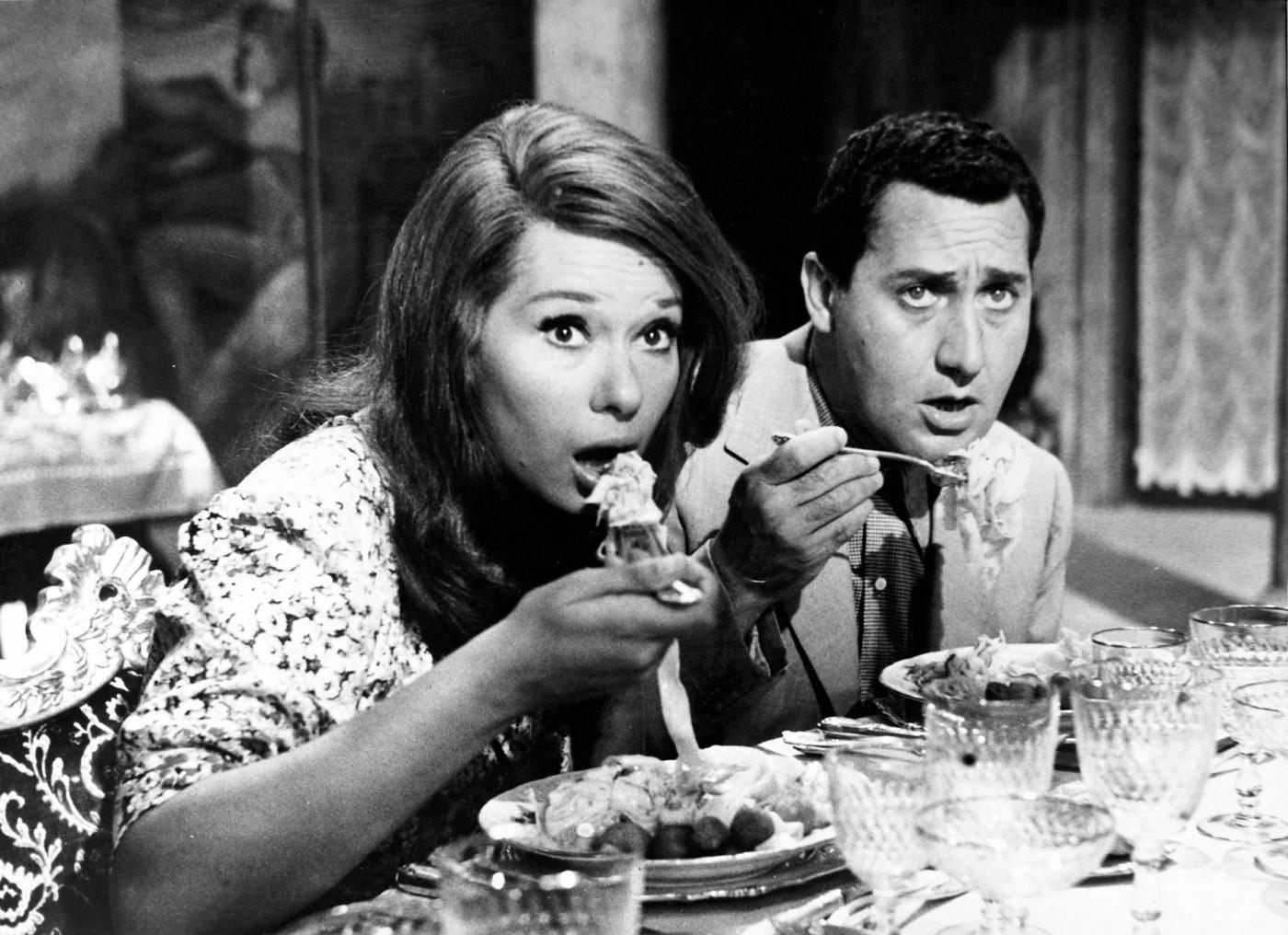 """Zumapress/Lapresse1961Spettacolo CinemaFilm """" Una vita difficile """" di Dino RisiNella foto : LEA MASSARI e ALBERTO SORDI in una scena del film.only italy"""